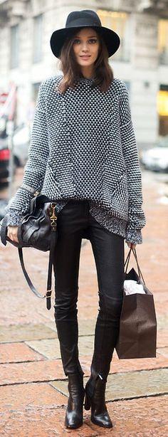 Schlicht und schön. Schwarz mit einem gemusterten Pullover.