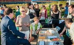 Les visiteurs avaient de nombreuses questions à poser aux bénévoles des Jardins éphèmères. (Photo: Amélie Philibert)