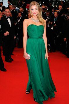 Lily Donaldson em um tomara que caia verde esmeralda de Giuseppe Zanotti
