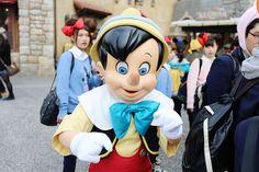 """Depois de ir na Tokyo Disneyland, hora de conhecer um parque único no mundo. OTokyo DisneySea como o nome entrega, tem inspiraçãonáutica e lá você encontra o paláciodo Rei Tritão de """"A Pequena Sereia""""! O parque foi inaugurado em2001com uma proposta adulta, ao contrário doTokyo Disneyland, que é mais infantil. Ele tem cenários absurdamente caprichados e inspirados em alguns locais, por isso, remete um pouco ao Epcot. Ao mesmo tempo..."""
