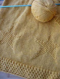 Voici plus d'un mois que j'ai commencé mon projet Etole VIP, un mois à tricoter du fil layette jaune moutarde histoire de s'égayer les mirettes le soir au retour du boulot. Si mes journées sont bien chargées et que je fus un peu stressée par le timing...