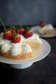 No conozco el origen del pastel (bizcocho) tres leches dominicano, cualquiera que este sea es un hecho que este se ha convertido en parte de nuestra cocina vernácula.