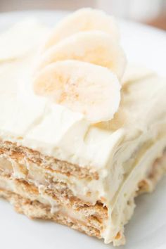 Our family goes crazy for banana cream pie so a banana cream icebox cake was a must! It's just as delicious but even easier to make! Icebox Desserts, Icebox Cake Recipes, Ice Cream Desserts, Köstliche Desserts, Frozen Desserts, Summer Desserts, Delicious Desserts, Yummy Food, Summer Cake Recipes