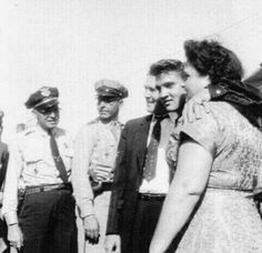 Tupelo, September 1956 - The Presley Family. Elvis is wearing his dark blue velvet shirt that Natalie Wood's dress designer made for him along with an identical red one Nick Adams, Lisa Marie Presley, Priscilla Presley, Natalie Wood, Rock And Roll, Alabama, Tupelo Mississippi, Elvis Presley Family, Young Elvis
