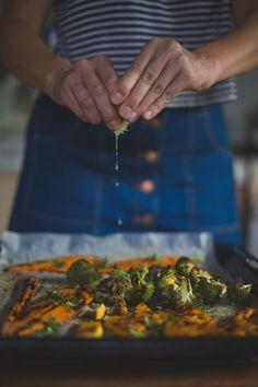 Ingredientes para dos personas:   3 zanahorias, medio brócoli, media calabaza pequeña, aceite de oliva, jugo de una lima, 2 cucharaditas de curry en polvo, sal, pimienta y 3 cucharadas de ccilantro fresco picado. Calentar el horno a 220 grados. Pelar y cortar por la mitad las zanahorias, cortar el brócoli en floretes medianos y pelar y cortar la calabaza en rodajas gruesas.