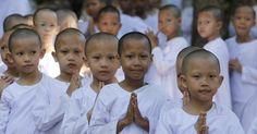 24.abr.2012- Garotas passam as férias em centro de meditação budista em Bancoc, Tailândia, em meio a comemorações do 2.600 anos em que Buda teria atingido a iluminação espiritual. Com os cabelos raspados, as garotas vivenciam hábitos praticados pelos budistas como utilização de roupas simples e meditação
