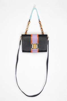 I love all the different materials that this purse uses... it's all over the place, just like me : )