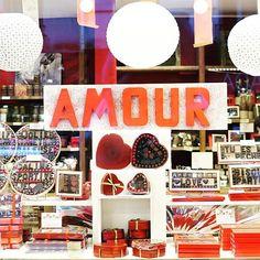 Hyvää ystävänpäivää PariisistaHappy Valentine's from Paris . . . #pariisi #ystävänpäivä #punainen #ikkunaostoksilla #työmatkalla #nelkytplusblogit #paris #visitparis #amour #happyvalentines #valentinesday #saintvalentine #red #windowshopping
