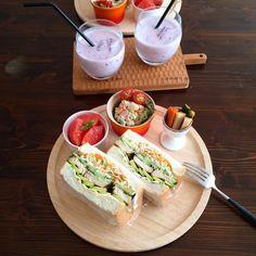 沼サンというボリューム満点のサンドイッチの進化版とも言われているインスタグラムで話題の「わんぱくサンド」。見た目のインパクトと、口に入らないのではと思うほどのボリュームが特徴です♩野菜や蒸したチキンなどを挟みこめば栄養も満点!