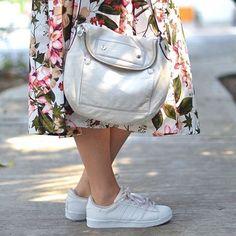 Detalles del día domingo mantener mi calzado blanco en buen estado es muy difícil pero no es imposible muy pronto los tips! #bloggerargentina #bloggermexicana #blogously #blogmexico #blogtrends #mexicoblog #mexicanblogger #midiskirt #adidassuperstar #whitebag #marcjacobs #ootd #ideasdelooks #fashionblogger #moda #flowerskirt #summeroutfit #likeback #likeforlike #like4like #likes4likes #likesforlikes #likesback #whitesneakers #details #detalles #outfitoftheday #spring #flowers #skirt