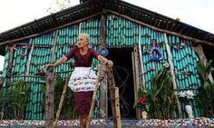 In Brasile, una donna di 78 anni ha costruito un'originale casa, tutta realizzata con bottiglie di plastica riciclate. E tutta dipinta a mano.