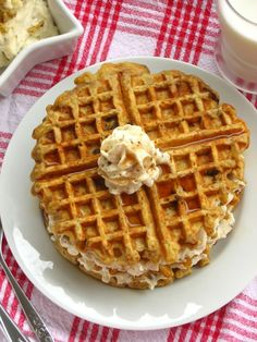 Carrot Cake Waffles: breakfast for dessert lovers! And delicious Maple Nut Spread. Frozen Waffles, Cake Waffles, Waffle Recipes, Cake Recipes, Pumpkin Recipes, Best Carrot Cake, Good Food, Yummy Food, Belgian Waffles