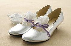 Leg Backpulver in Deine Ballerinas, um stinkende Schuhe zu vermeiden. | 27 Life-Hacks, die jedes Mädchen kennen sollte