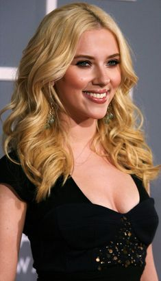 Celebrities - Scarlett Johansson Photos collection You can visit our site to see other photos. Vicky Cristina Barcelona, Scarlett Johansson, Ariana Grande Without Makeup, Beautiful Celebrities, Beautiful Women, Black Widow Scarlett, Trend Fashion, Vogue Fashion, Fashion Hair