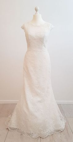 6d29a0ef Smuk, elfenbensfarvet brudekjole fra Morilee i ren blondestof. Kjolen har  små vingeærmer og et