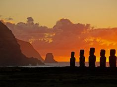 Easter Island at Sunrise *beautifulplanetearth* Tahiti, Beautiful World, Beautiful Places, Amazing Places, San Diego, Polynesian Islands, Shadow Silhouette, Easter Island, Great Pictures