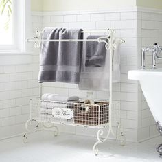Created with an antique design, our charming iron towel rack is perfect for creating storage in small spaces. Adding style and function, it's the ideal place to stow your favorite towels, soaps and perfumes.