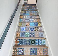 renovation escalier avec carrelage en mosaique portugaise colorée, motifs orientaux, main courante metallique