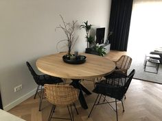 Discover recipes, home ideas, style inspiration and other ideas to try. Black Round Dining Table, Dinning Table, Dining Room Design, Interior Design Living Room, Living Room Decor, Diy Wall Decor, Home Decor Furniture, Sweet Home, House Design