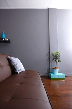 A young couple updated the charm of an inherited dwelling in only three weeks on a budget of only Modern Family, Home And Family, Sofa, Couch, House Tours, Furniture, Home Decor, Settee, Settee