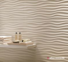 Enhanced by light and shadow effects, the sinuous profile of the relief runs on a warm and natural shade. | 3D WALL DESIGN | DUNE | atlasconcorde.com