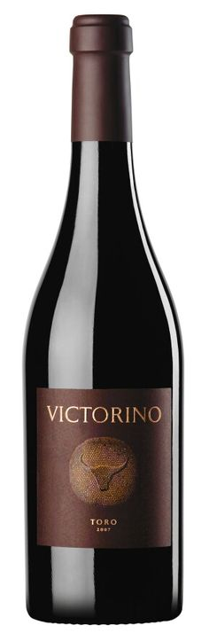 Victorino es un vino de la familia Eguren,elaborado en su bodega Teso la Monja de la  D.O.Toro(Zamora-España)  100%Tinta de toro(Tempranillo) Vino potente,cargado de fruta madura y una justa acidez.Lo recomiendo!!