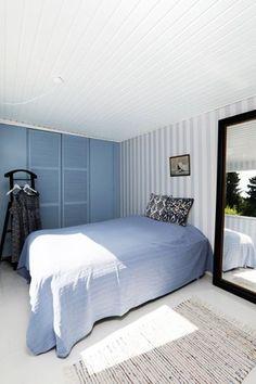 """Badehotel-stil. Stribet tapet fra Flügger. Skabsfarve: """"tåge"""" fra Dyrup. Blue Bedroom, Scandinavian Interior, Coastal Style, House Doctor, Cottage, Ikea, Furniture, Home Decor, Bedrooms"""