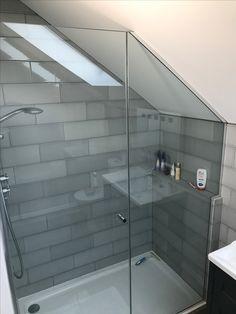 Duschwanne Home Attic Shower Attic Shower, Small Attic Bathroom, Bathroom Niche, Loft Bathroom, Tiny Bathrooms, Ensuite Bathrooms, Upstairs Bathrooms, Laundry In Bathroom, Bad Inspiration