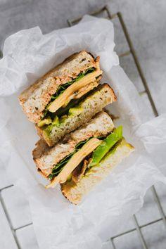 Prepara este increíble sandwich con pan de masa madre, aguacate, champiñones asados, espinaca y este delicioso y fácil dip de coliflor que va a elevar su nivel.  #sandwich #sandwichvegetariano #recetasvegetarianas #recetassaludables #pandemasamadre Cheddar, Sandwiches, Food, Vegetarian, Leaf Vegetable, Vegetarian Recipes, Healthy Recipes, Lunches, Dinners