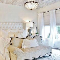 Белоснежная спальня❄️☁️ #спальня #интерьер #интерьерспальни #дизайн #дизайнинтерьера #декор #стильный #уютный #мягкий #кровать #белый #сливочный #тон #цвет #interior #kashtanovacom #design #decor #white #colors #bedroom