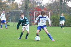 jongen speelt de bal , voetbal