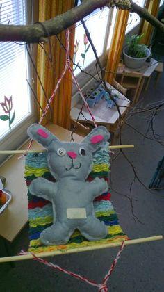 Tänä vuonna eskarissa on ollut isompana käsityöprojektina pupun ompelu ja riippukeinun kutominen. Näitä on tehty pikkuhiljaa koko kevätlukuk...