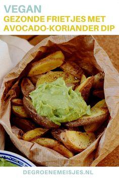Onze �latest obsession:� (zoete) aardappelfrietjes met chilikruiden uit de oven, met een lekkere dip erbij. Zonder olie en zonder zout. Heerlijk als diner, lunch of snack. Hoe we de aardappeltjes en deze avocado en koriander dip maken, laten we zien!