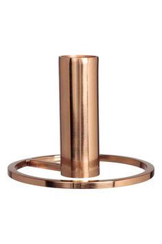 Castiçal pequeno em metal: Castiçal pequeno em metal. Diâmetro do suporte da vela: 2,2 cm. Medidas do castiçal: 7,5x9,5 cm.