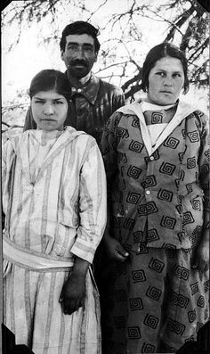 Juan Mendez and two girls | por The Field Museum Library