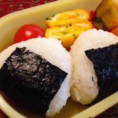 おはようございます(^-^)/ 今日のおにぎりの中味は梅干しと鮭です。 - 11件のもぐもぐ - おにぎり弁当 by moeyun