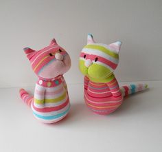 Cats Toys Ideas - Deux chats chaussettes - Ideal toys for small cats Sock Crafts, Cat Crafts, Fabric Crafts, Sewing Toys, Sewing Crafts, Sewing Projects, Craft Projects, Sock Toys, Ideal Toys