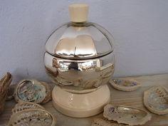 Diese sehr ausgefallene Glasdose hat einen Porzellanfuß und -griff.  Die Dose ist doppelwandig und das Glas von innen versilbert.  Ich könnte mir vors