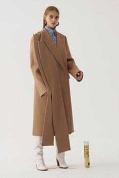 The complete Ports 1961 Pre-Fall 2018 fashion show now on Vogue Runway. The complete Ports 1961 Pre-Fall 2018 fashion show Streetwear, Autumn Fashion 2018, Inspiration Mode, Mo S, Fashion News, Fashion Trends, Fashion Show Collection, Minimal Fashion, Mode Style