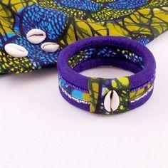 Bracelet ethnique en tissu wax brodé de perles et cauri, tons bleus Arm Candy Bracelets, Fabric Bracelets, Beaded Bracelets, Diy Resin Earrings, How To Make Earrings, African Bracelets, African Jewelry, Textile Jewelry, Fabric Jewelry