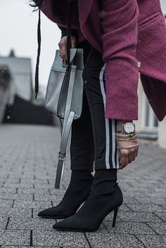 Pink als Eyecatcher - Outfit mit Adidas Track Pants, Sock Boots und Reserved Mantel in pink | fashion, ootd, fashion blogger, styling | Julies Dresscode Fashion Blog | https://juliesdresscode.de