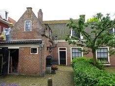 Haarlem - Het Frans Loenenhofje aan de Witte Herenstraat is gesticht in 1607 uit de nalatenschap van de garentwijnder en koopman Frans Klaeszoon Loenen, een vermogend gokker. De grond werd gekocht van de gemeente, die in 1581 het Norbertijner klooster en de grond in beslag had genomen. Het Hofje heeft een opvallende tuin met fruitbomen. In 1607 waren er 11 kamers, in 1609 16. Er zijn nu 10 woningen voor wat oudere dames. Foto: G.J. Koppenaal - 1/7/2016.