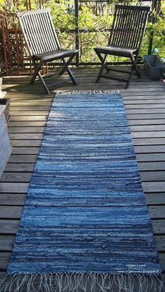 Upcycling is popular and upcycling blue jeans is easy to do with these upcycle ideas, projects and DIY designs. Blue jeans are a tough material and hold up well with upcycle projects. Grab your old jeans now and get started. Artisanats Denim, Denim Rug, Denim Quilts, Denim Purse, Blue Jean Quilts, Blue Denim, Jean Crafts, Denim Crafts, Upcycled Crafts