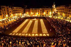 Estelada amb Espelmes - Encén la Flama a Vic. Una gran estelada feta amb 7.800 espelmes il·lumina la plaça Major de Vic 11 d'octubre del 2012 #estelada #catalunya #vic