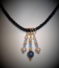 Girocollo in cordoncino blu con ciondoli in argento dorato