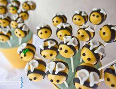 En la primer fiesta dedicada el bebé que está por llegar, muchos son los detalles que debemos cuidar para hacer que sea especial. Elegir una temática en torno a la que gire la celebración, como en este caso en el que los colores de las abejas y su presencia han sido fundamentales para crear ambiente. …