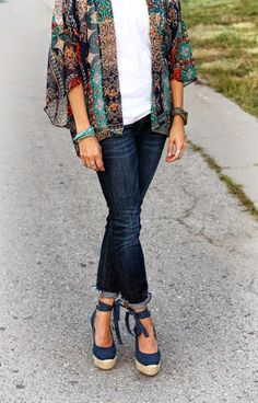 Printed kimono, dark denim and navy lace at the ankle wedges casual boho chic outfit How To Wear Jeans, Mode Style, Style Me, Look Fashion, Womens Fashion, Japan Fashion, Street Fashion, Look Boho, Estilo Boho