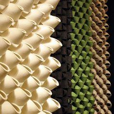 """Anne Kyrro Quinns innovative Wandpaneele aus Filz (hier: """"Scallop"""") kombinieren Akustik-Management mit eindrucksvoller Skulptur"""