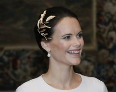It looks that today Sofia wore a hairpiece by Ole Lynggaard from Leaves collection (it is quite simmilar to Mary's hairpiece that she wore last year at King Carl Gustav's birthday dinner