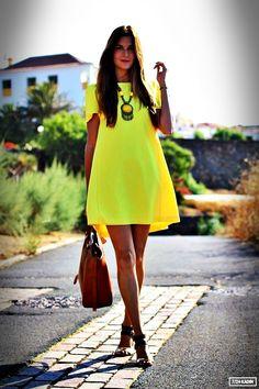Yaz aylarında tercih edebileceğiniz bu sarı renkteki elbise hem sizi serun tutacak hem de tüm gözleri üstünüzde toplayacaktır.